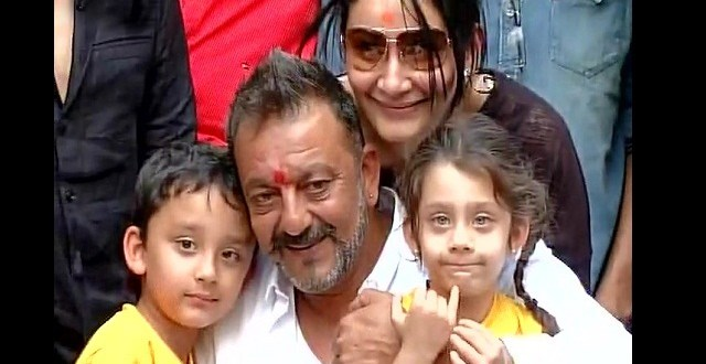 sanjay-dutt-with-family pic